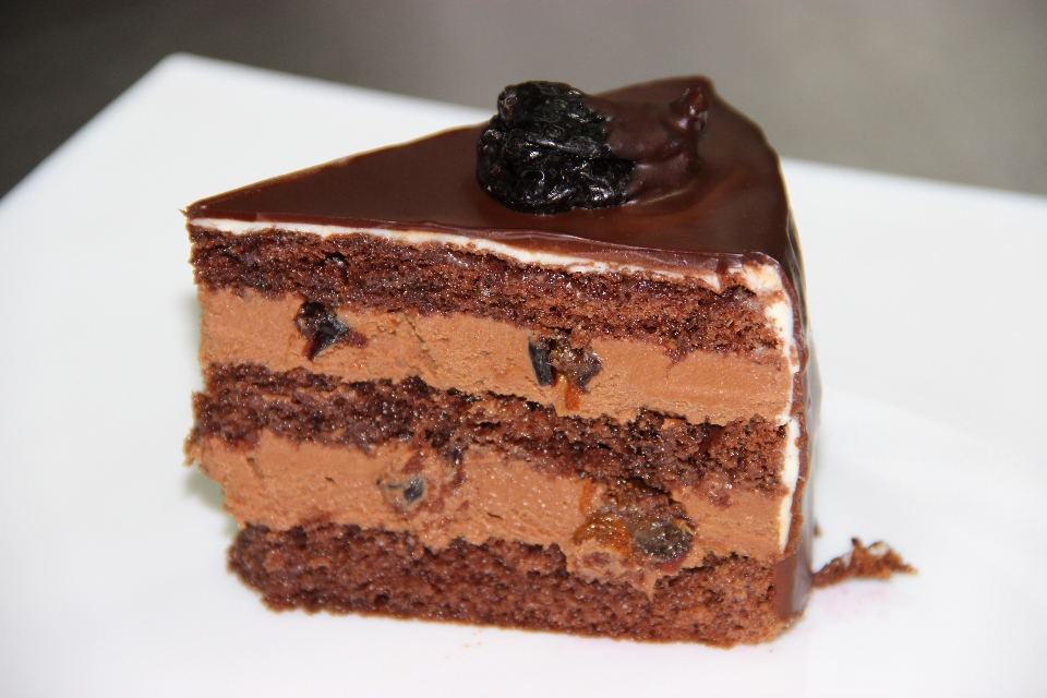Шоколадный торт с молочным кремом